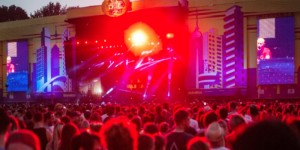 4 Screens 10m hoch an beiden Stages + 2 Screens hinter beiden FOHs + rotierbares LED Video Paul Kalkbrenner beim Lollapalooza Festival Berlin 2016 / 4 Stück 9m hohe LED Side Portrait Screens und 2 x 6,5m hohe FOH Portrait Screens